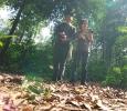 Aris G Gianto dan Dede Sutisna Praktek di Hutan Cifor