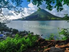 gunung-api-di-lihat-dari-pulau-banda-besar-lonthoir