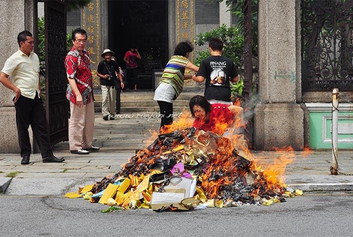 upacara-bakar-kertas