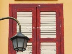 jendela-merah-kuning