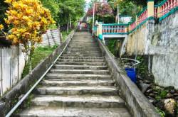 300-tangga-membelah-perkampungan-di-lonthoir-menuju-benteng-hollandia