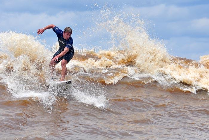 Bono surfing di sungai Kampar, Riau
