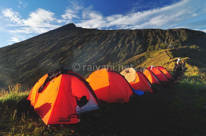 base camp dengan latar puncak rinjani