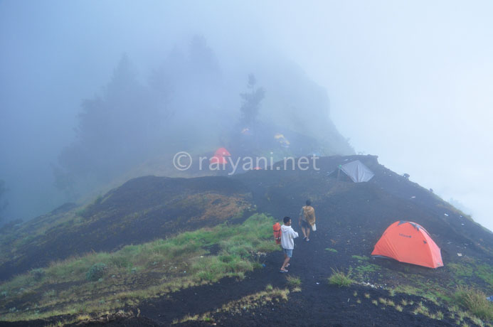kabut di base camp rinjani