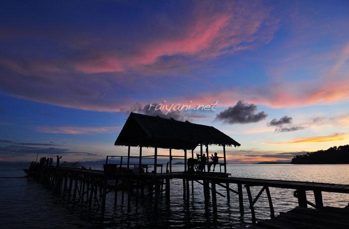 sunset di pantai waiwo