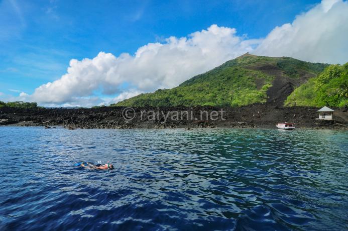 snorkling menikmati keindahan bawah laut nan memukau di depan aliran lava, keankearagaman hayatinya sangat berkembang pesat. bandaneira