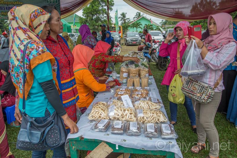 stand makanan olahan tradisional ramai dikunjungi