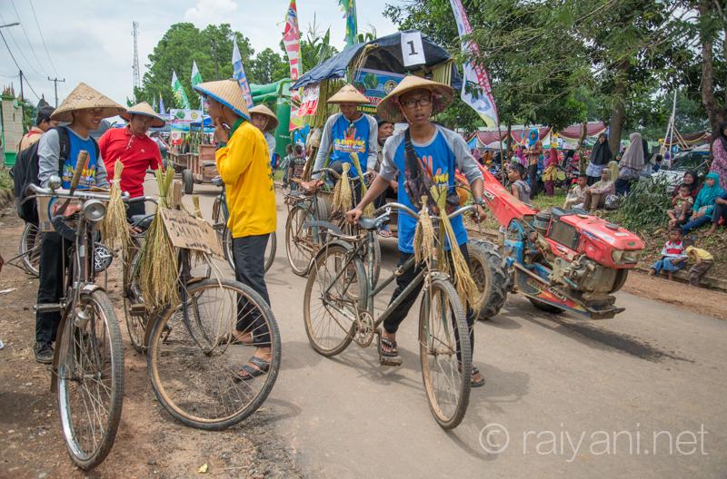 Para pelajar dan masyarakat petani turut serta dalam festival panen