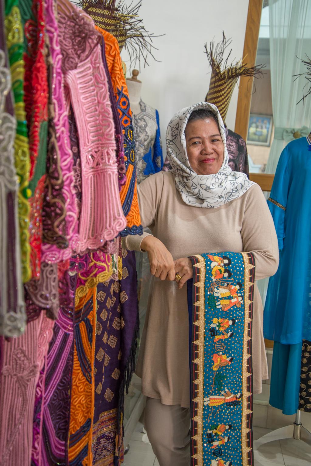 Bunda Rahayu, pemilik Rahayu Gallery, showroom dengan aneka produk sulam Usus dan Tapis
