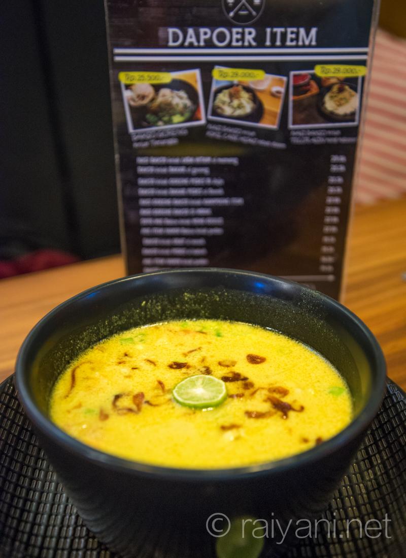 Soto Kuning santan Dapoer item, alat makannya serba item rasanya maknyus