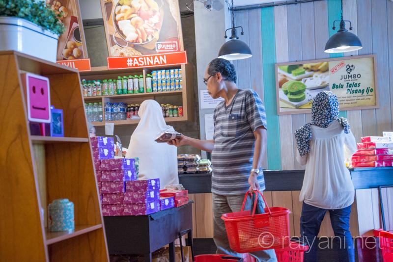 JUMBO selalu rame pengunjung yang belanja oleh oleh khas Bogor