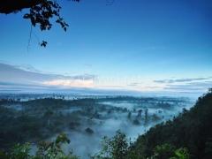 pemandangan-penuh-kabut-dari-gua