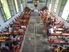 jemaat-menghadiri-misa-di-hari-minggu-di-mesjid-tua-bandaneira