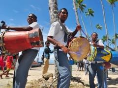 pelajar-memainkan-suling-tambur-festival-raja-ampat