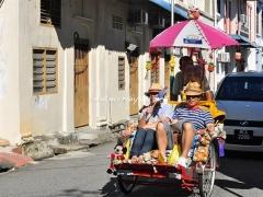 wisatawan-tour-dengan-becak