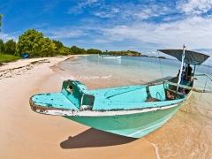 pink-beach-dan-perahu