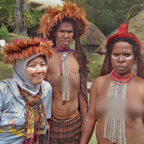 Berfoto bersama masyarakat lokal desa kilise - raiyani