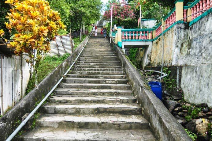 300 tangga membelah perkampungan di lonthoir menuju benteng hollandia