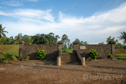 Gapura Benteng Situs Megalitik Pugung Raharjo - raiyani