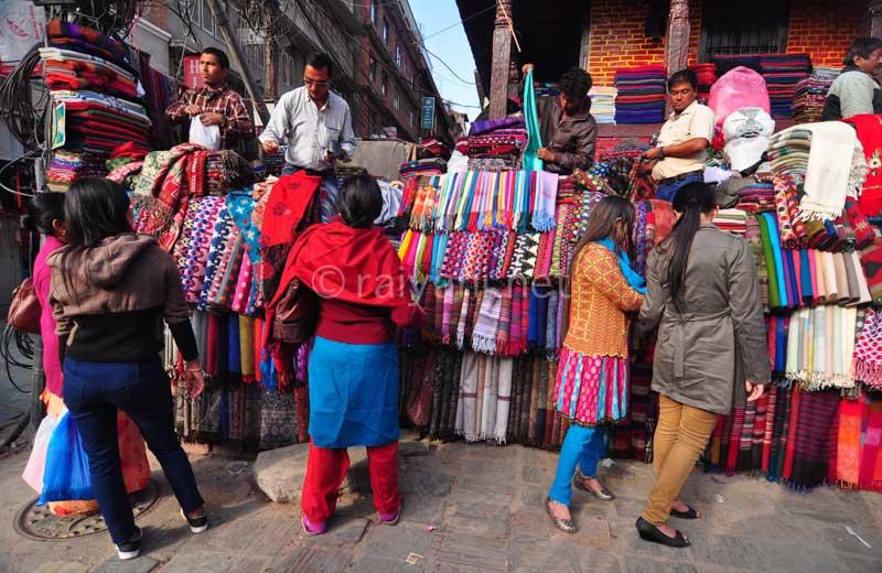 Pembeli dan penjual pashmina