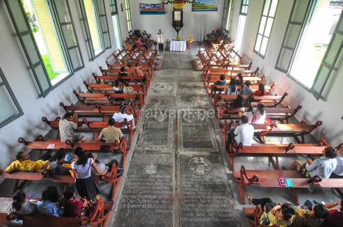 jemaat menghadiri misa di hari minggu di mesjid tua bandaneira