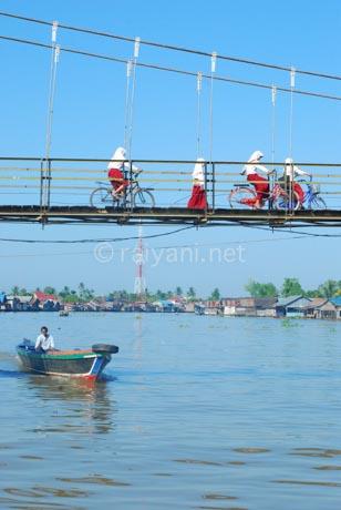 melintas jembatan sungai martapura south kalimantan