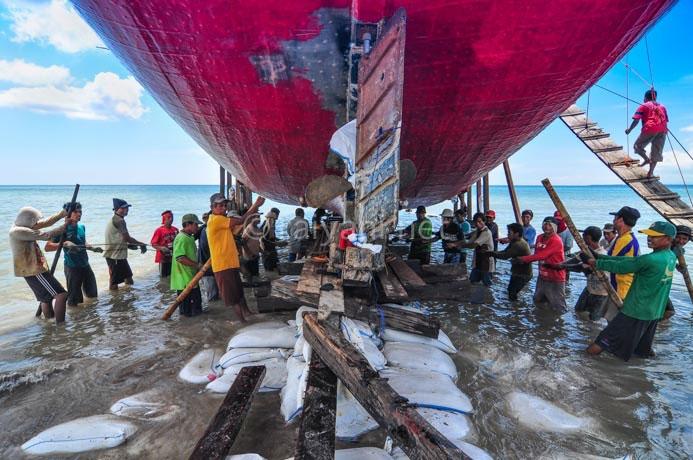 menarik perahu kelaut south sulawesi