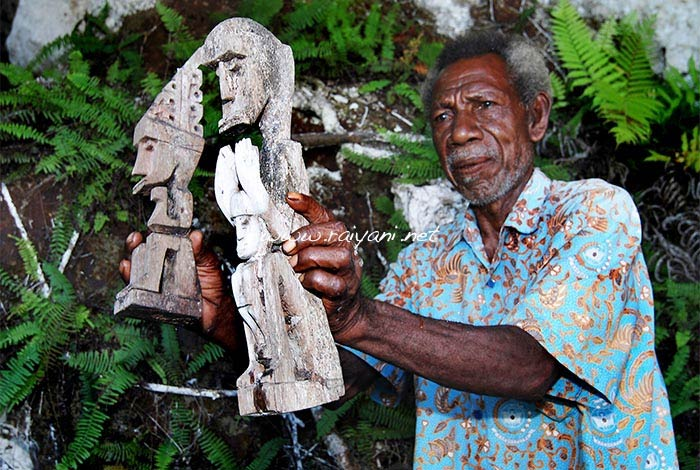 patung kayu urfu