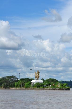 patung lembuswan di pulau kuala tenggarong east kalimantan