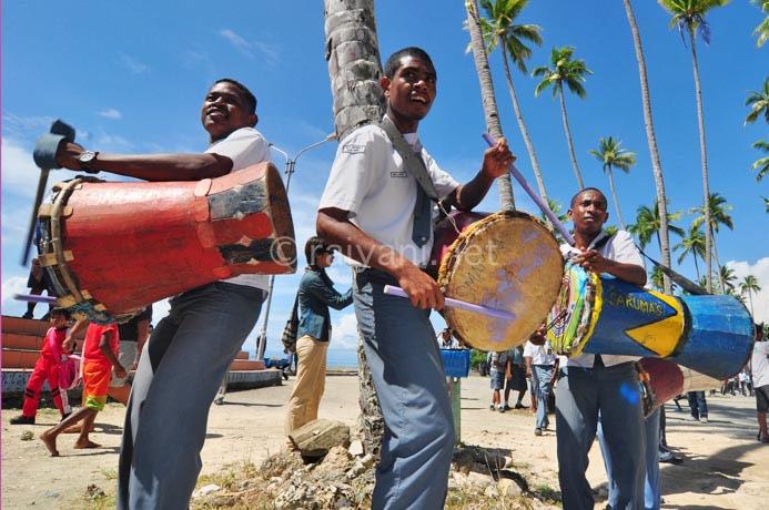 pelajar memainkan suling tambur festival raja ampat
