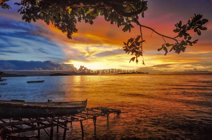 senja di pantai pulau tiga ambon