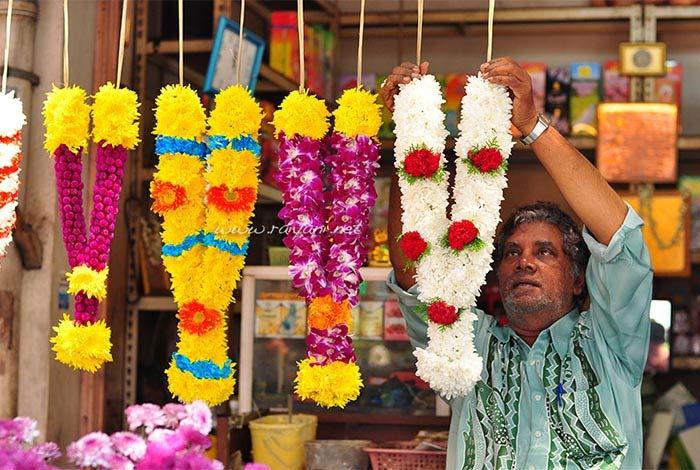 sudut little india menjual aneka bunga untuk upacara sembahyang umat hindu