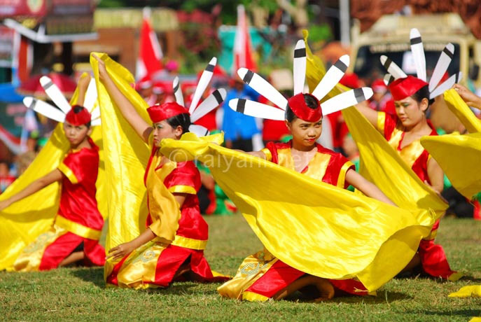 tarian massal festival isen mulang central kalimantan
