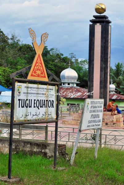 tugu-equator-riau