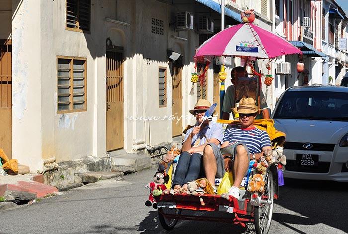 wisatawan tour dengan becak