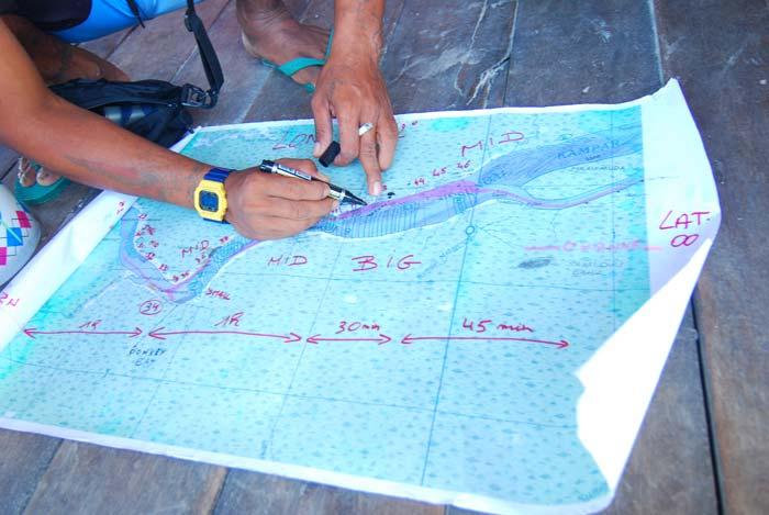 Eddie menjelaskan jalur surfing dan arah datangnya Bono DSC_3219