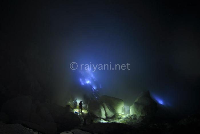 Fenomena Si Api Biru, Tak Sekedar Tambang Belerang - Blue fire di Kawah Ijen - raiyani