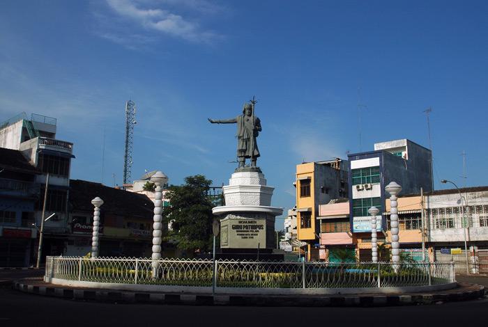 Sehari di Kota Medan - Monumen Guru Patimpus pendiri kota Medan - raiyani